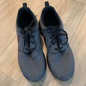 Nike Roshe Grey/Black Tennis Shoes